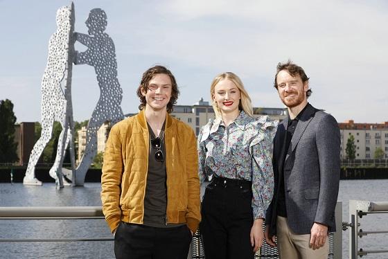 Michael Fassbender, Evan Peters und  Sophie Turner in Berlin